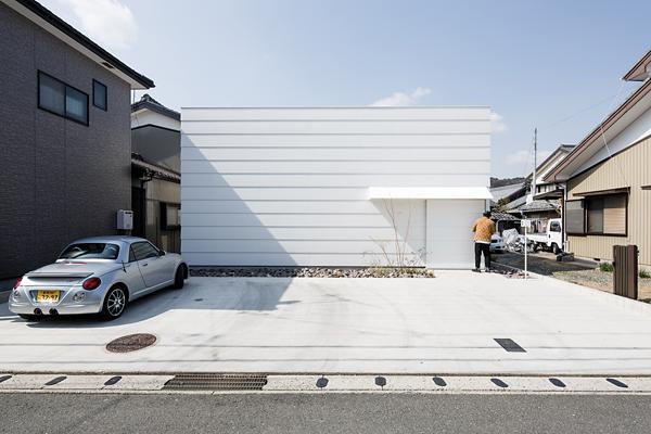 """""""Invece di rivolgere il nostro sguardo verso l'esterno e l'immensità dello spazio, preferiamo concentrarci verso l'interno"""" spiegano gli architetti di mA-style. -Jérémie Souteyrat per Zoom Giappone-"""