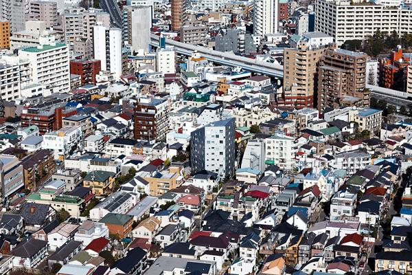 Questa foto scattata nel quartiere di Ebisu a Tokyo mostra come la città giapponese non sia affatto il paradiso dei grattacieli. -Jérémie Souteyrat per Zoom Giappone-