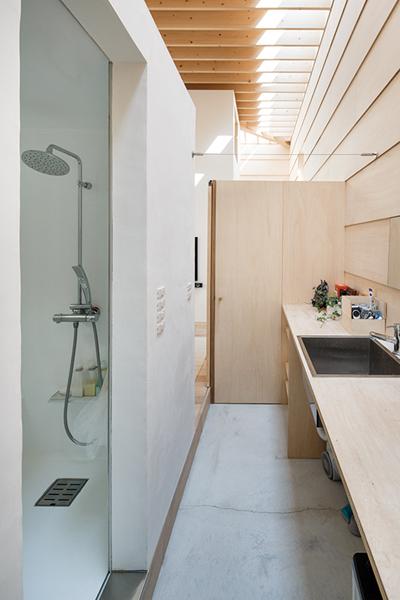 Light Walls House bymA-style Architects