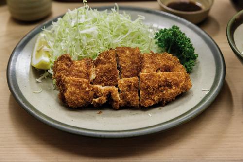 Un hirekatsu (filetto di maiale impanato e fritto) così come è servito nella maggior parte dei ristoranti di tonkatsu. ©Jérémie Souteyrat per Zoom Giappone