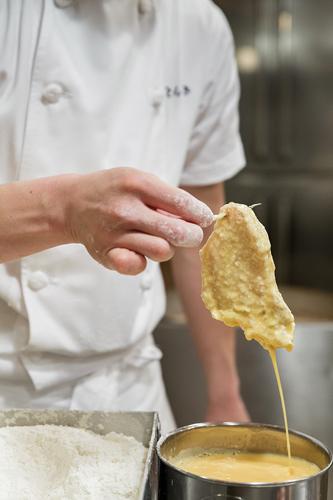La carne viene intinta nel rosso d'uovo sbattuto prima di essere impanata. ©Jérémie Souteyrat per Zoom Giappone
