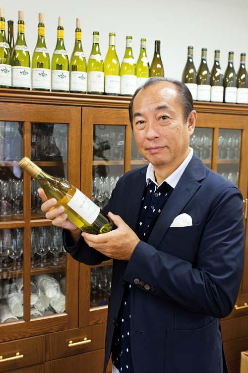 田崎真也Shinya TASAKI, sommelierDans son école du vin à Tokyo.